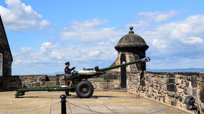 little-fish-walking-tours-edinburgh_Edinburgh_Castle_Tour5